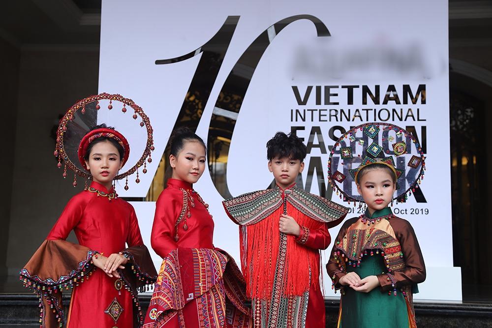Street style tại Vietnam Fashion Week: mèo Thoại nổi nhất tập đoàn giả gái, có cả người cosplay Sơn Tùng M-TP-14