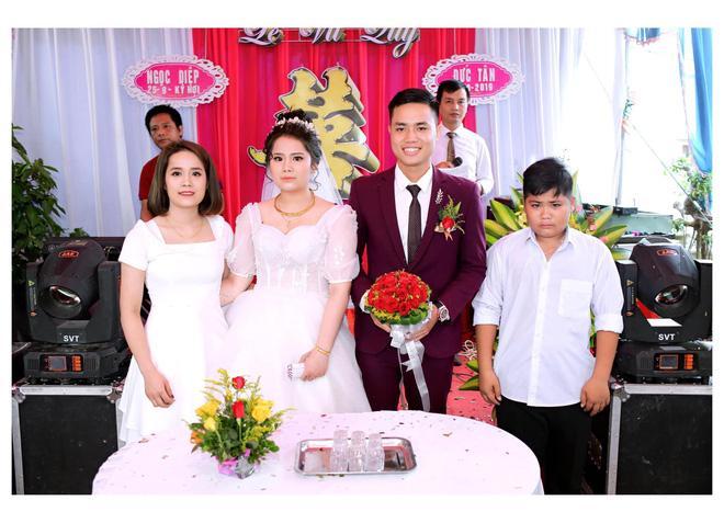 Đám cưới chị gái, cậu em lại chiếm mọi spotlight vì biểu cảm gương mặt như vừa mất sổ gạo-1