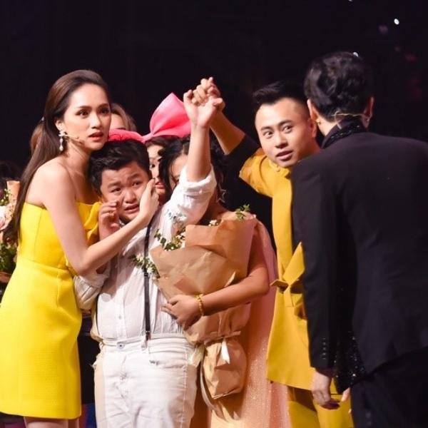 Scandal đọc nhầm quán quân Giọng hát Việt nhí giống hệt sự cố trao nhầm vương miện Hoa hậu Hoàn vũ-2