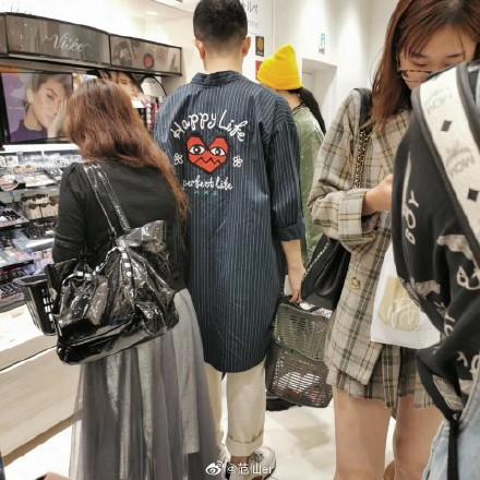 Phạm Băng Băng được người đàn ông lạ hộ tống đi mua sắm tại Nhật Bản-1