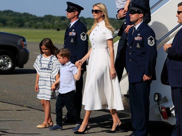 Không hổ danh ái nữ nhà Trump, Ivanka làm mọi cô gái phải ghen tị với những chiếc váy thiết kế đáng giá bằng cả gia tài-5