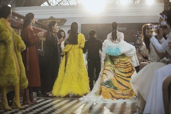 Chị em Tiểu Vy - Lương Thùy Linh diện váy ngắn, nắm tay nhau làm vedette ở xứ lạnh Sapa-16