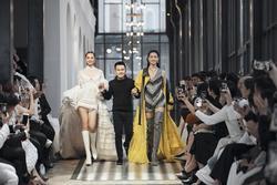 Chị em Tiểu Vy - Lương Thùy Linh diện váy ngắn, nắm tay nhau làm vedette ở xứ lạnh Sapa