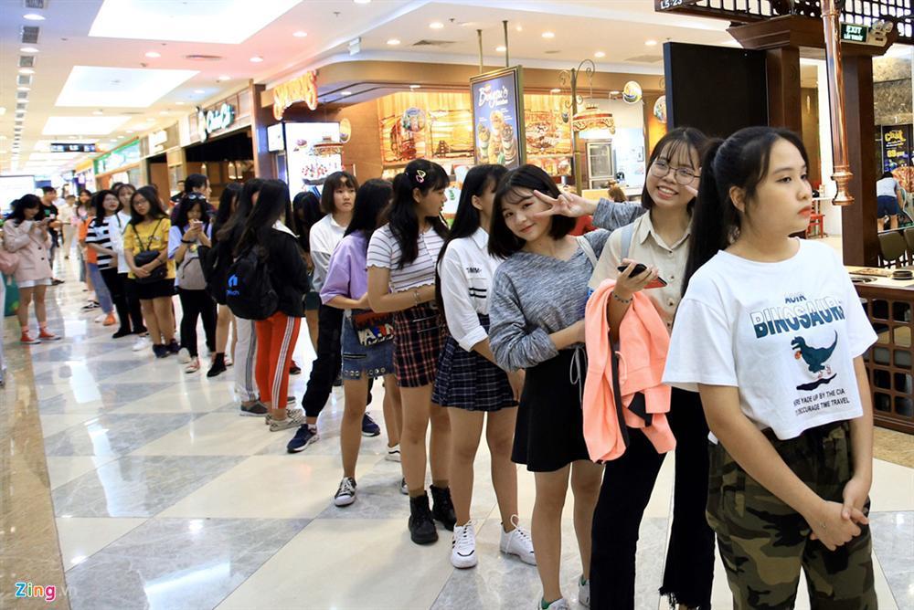 Những cô gái 10X xếp hàng dự buổi thi tuyển tại TP.HCM của ông chủ BTS-1