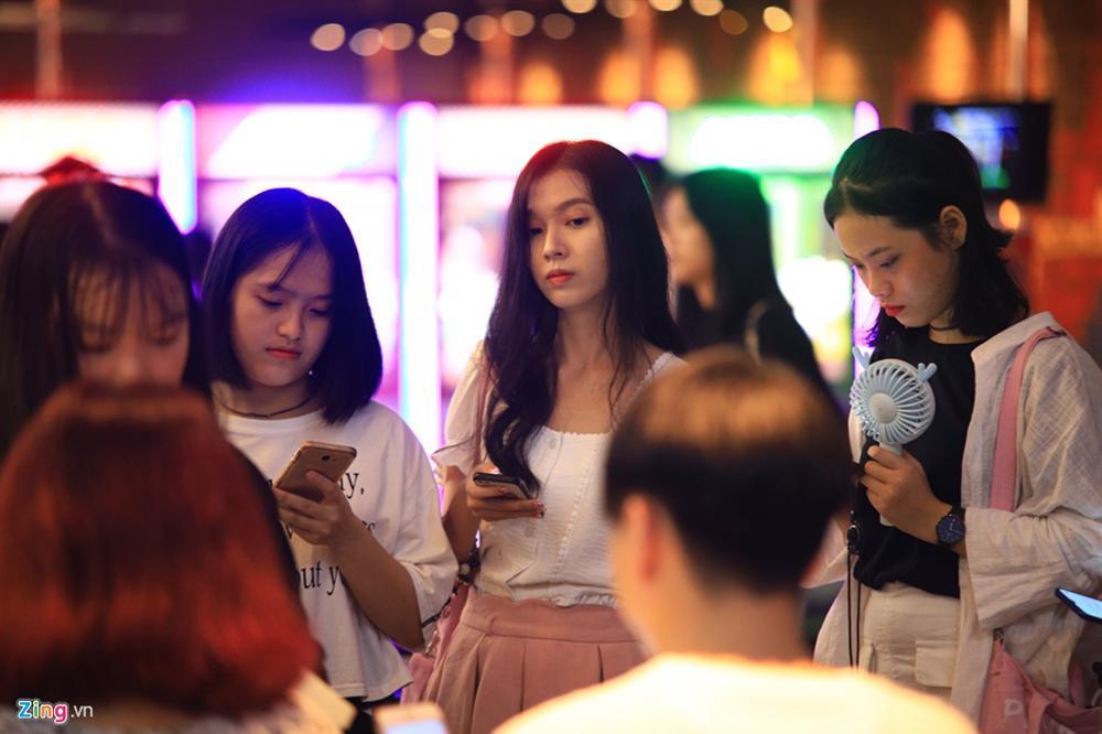 Những cô gái 10X xếp hàng dự buổi thi tuyển tại TP.HCM của ông chủ BTS-13
