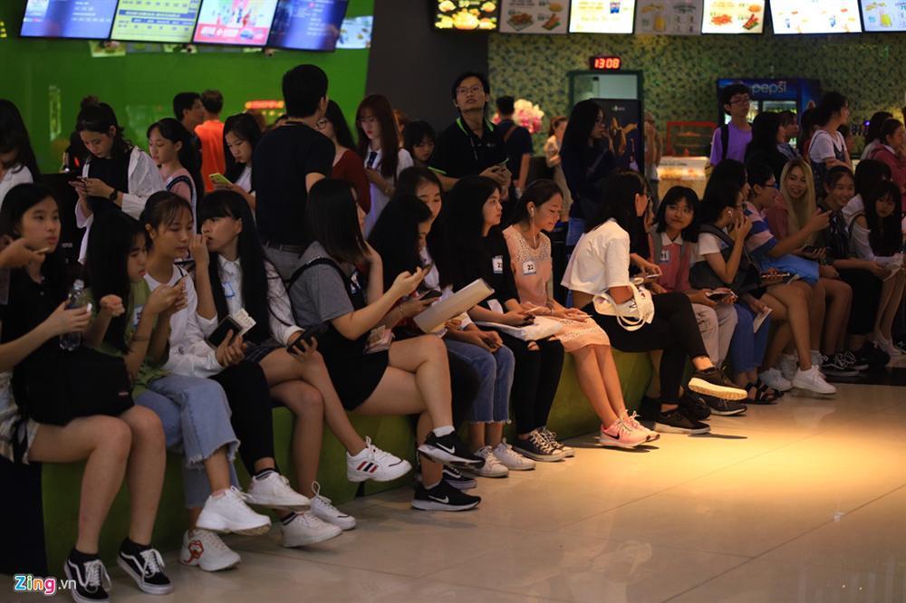 Những cô gái 10X xếp hàng dự buổi thi tuyển tại TP.HCM của ông chủ BTS-14
