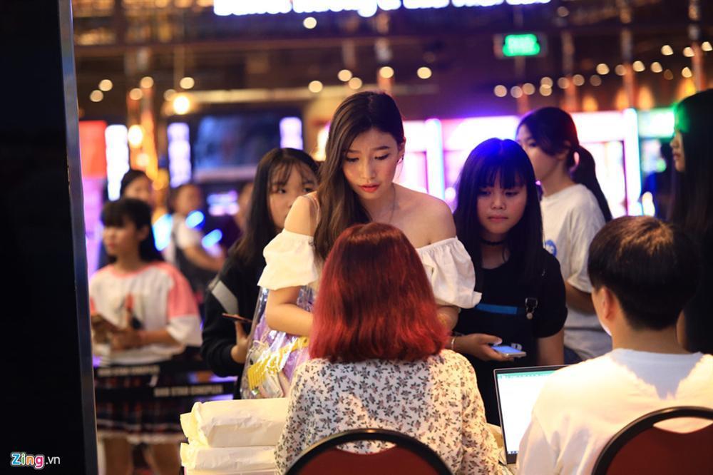 Những cô gái 10X xếp hàng dự buổi thi tuyển tại TP.HCM của ông chủ BTS-4