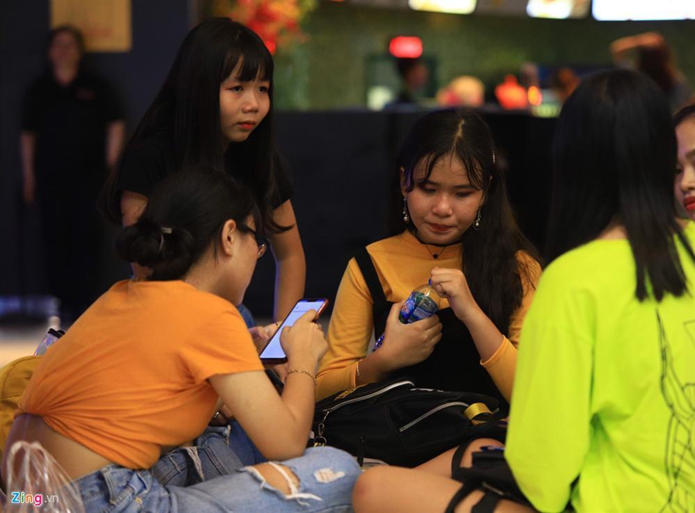 Những cô gái 10X xếp hàng dự buổi thi tuyển tại TP.HCM của ông chủ BTS-9
