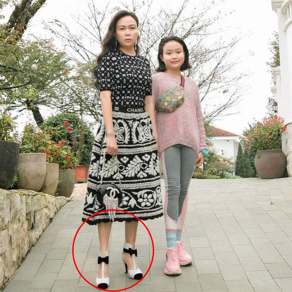 Phượng Chanel bị bóc mẽ photoshop da trắng toát, đầu gối biến mất-5