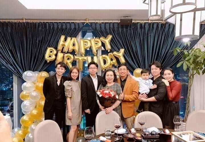Giữa nghi vấn hẹn hò bách hợp, Hoàng Thùy Linh tặng hoa mừng sinh nhật mẹ Gil Lê ghi chữ Happy birthday Má-1