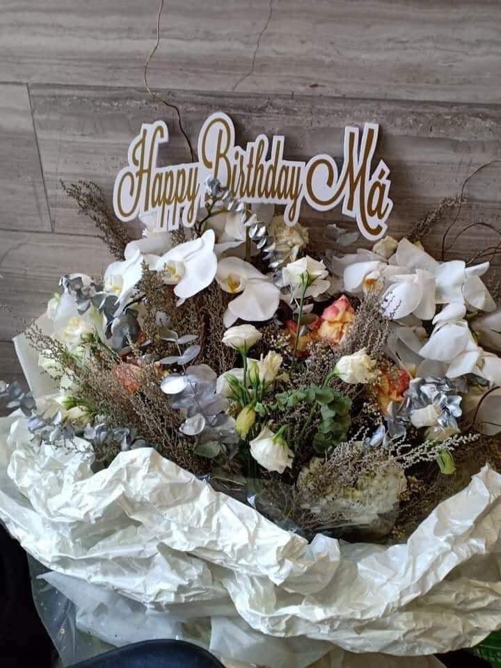 Giữa nghi vấn hẹn hò bách hợp, Hoàng Thùy Linh tặng hoa mừng sinh nhật mẹ Gil Lê ghi chữ Happy birthday Má-2