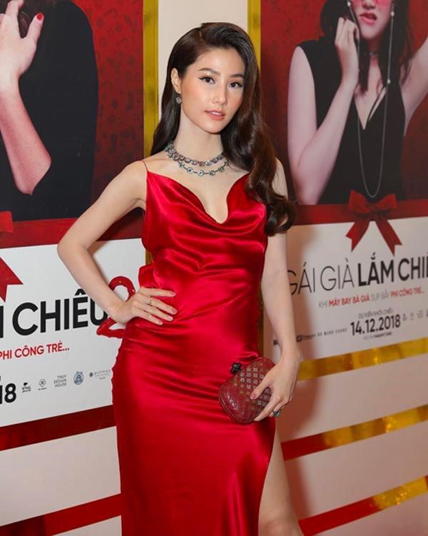 Hoa hậu Hương Giang và dàn mỹ nhân Việt bất ngờ hớ hênh điểm nhạy cảm vì váy lụa-6