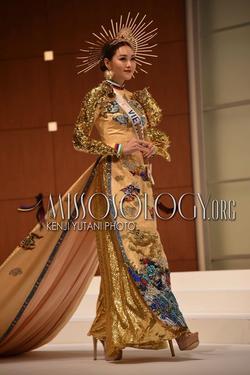 Tường San catwalk tự tin với trang phục dân tộc 'Rồng chầu mặt trời' tại Miss International 2019