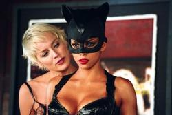 Các nữ hùng Marvel, DC từng gây tranh cãi về phục trang ra sao?