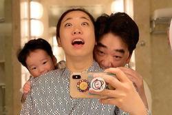 Nữ diễn viên Hàn 'gây bão' với loạt ảnh lầy lội hết mức cùng con trai