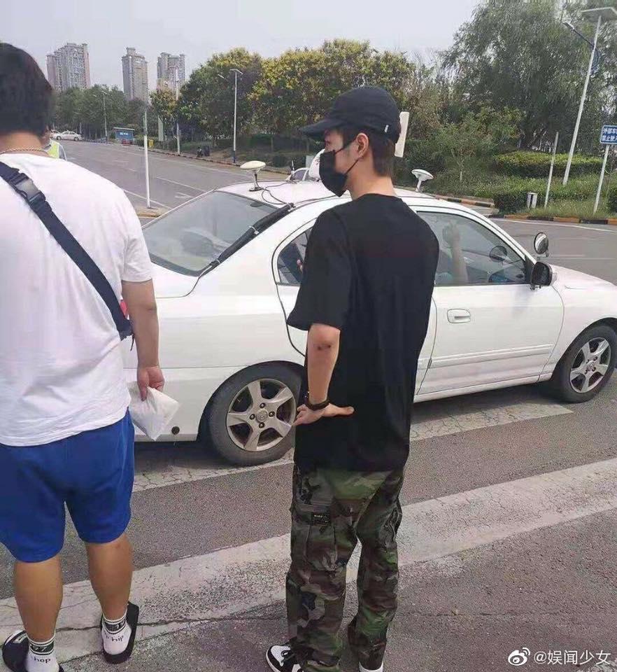 Dở khóc dở cười với Vương Nhất Bác: Chỉ ăn chuối, lười giặt túi, vồ ếch... cũng lên hotsearch Weibo-9