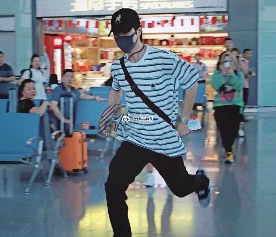 Dở khóc dở cười với Vương Nhất Bác: Chỉ ăn chuối, lười giặt túi, vồ ếch... cũng lên hotsearch Weibo-15