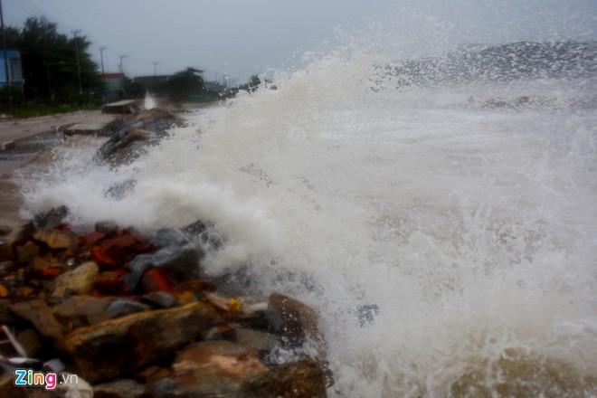 Sóng cao 5 mét ập vào ven biển trước bão-1
