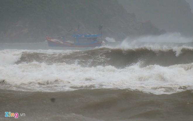 Sóng cao 5 mét ập vào ven biển trước bão-3