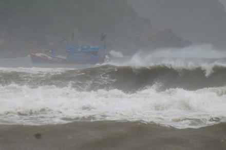 Sóng cao 5 mét ập vào ven biển trước bão