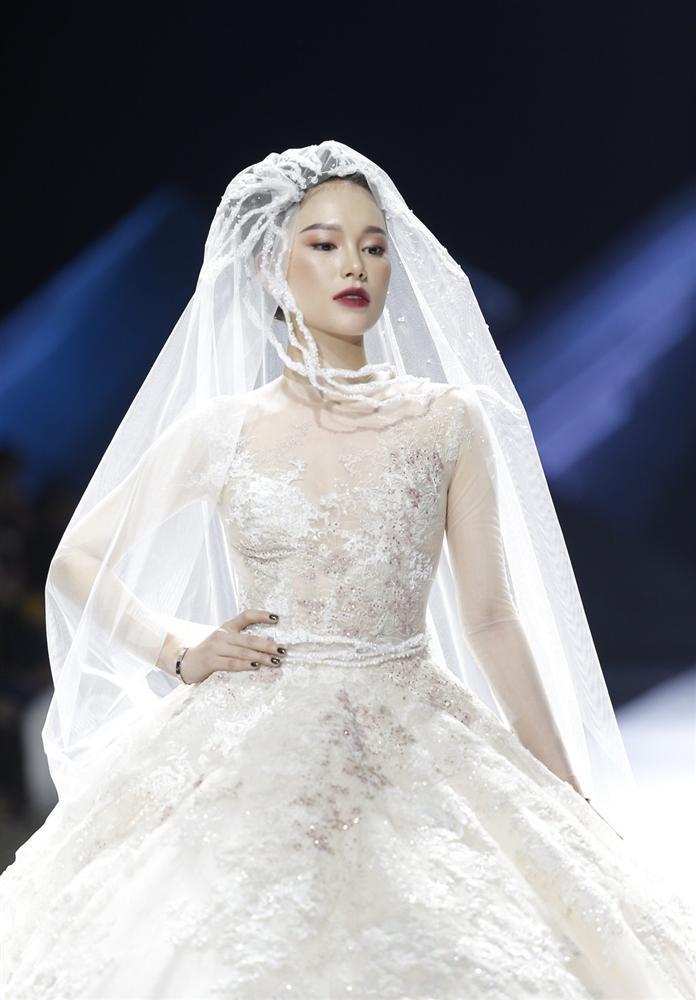Linh Rin gặp sự cố khi mặc váy cưới, em chồng Tăng Thanh Hà không giúp bạn gái mà chỉ động viên và tặng hoa-2