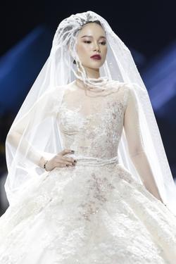 Linh Rin gặp sự cố khi mặc váy cưới, em chồng Tăng Thanh Hà không giúp bạn gái mà chỉ động viên và tặng hoa