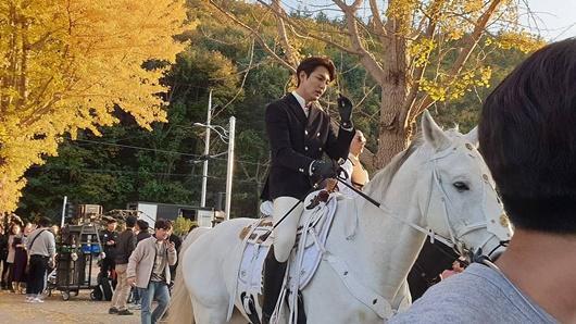 Lee Min Ho gây bão với tạo hình bạch mã hoàng tử trong phim mới-3