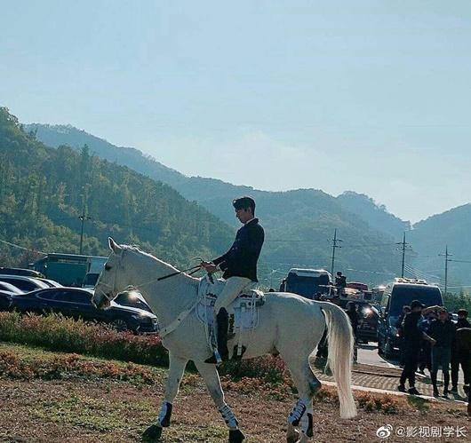 Lee Min Ho gây bão với tạo hình bạch mã hoàng tử trong phim mới-4
