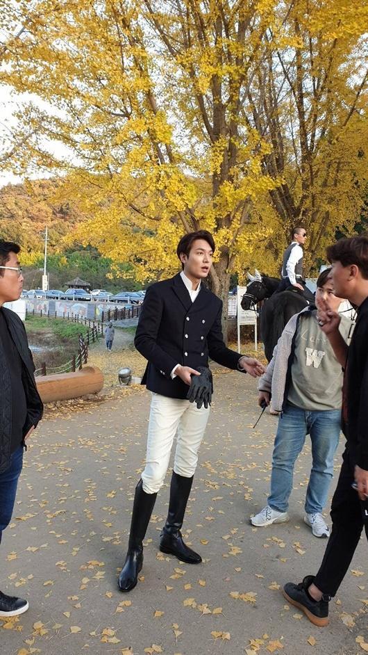 Lee Min Ho gây bão với tạo hình bạch mã hoàng tử trong phim mới-6