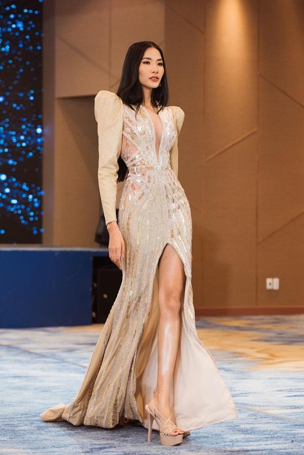 Võ Hoàng Yến chê thẳng mặt phong cách catwalk của Hoàng Thùy trước thềm Miss Universe 2019-4