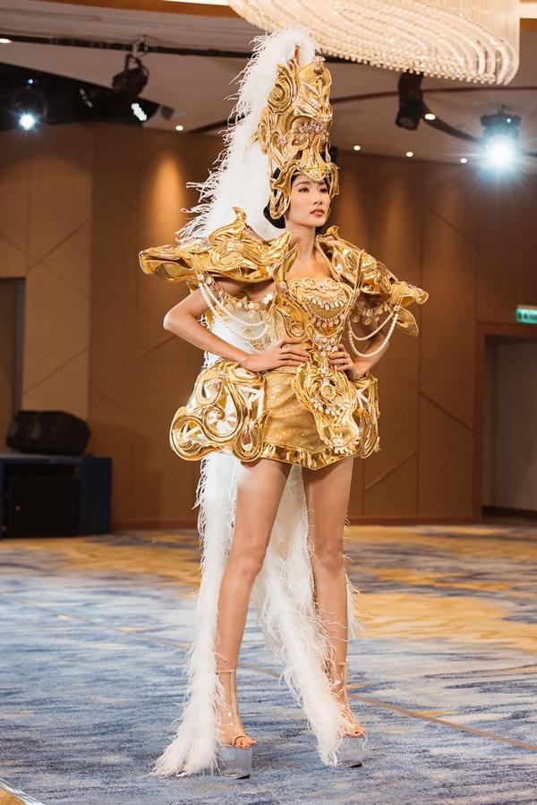 Võ Hoàng Yến chê thẳng mặt phong cách catwalk của Hoàng Thùy trước thềm Miss Universe 2019-6