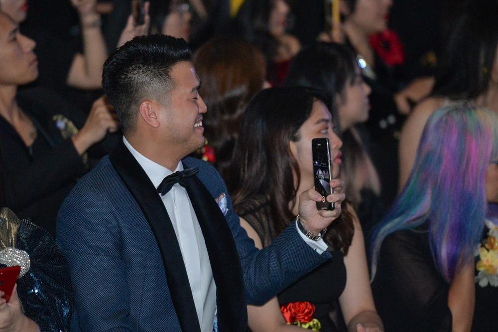 Linh Rin gặp sự cố khi mặc váy cưới, em chồng Tăng Thanh Hà không giúp bạn gái mà chỉ động viên và tặng hoa-4