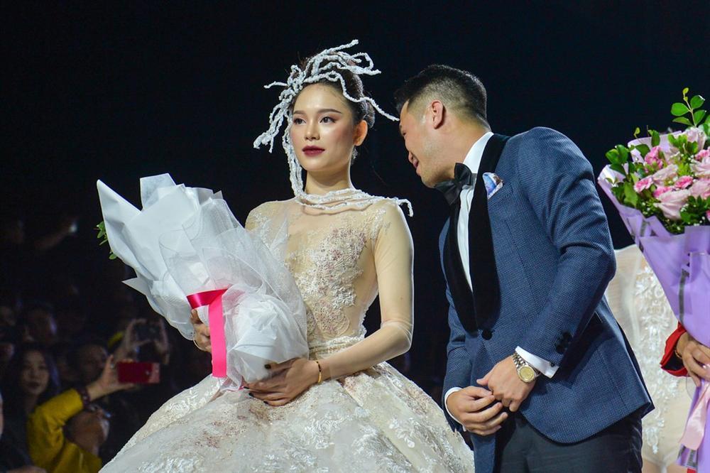Linh Rin gặp sự cố khi mặc váy cưới, em chồng Tăng Thanh Hà không giúp bạn gái mà chỉ động viên và tặng hoa-6