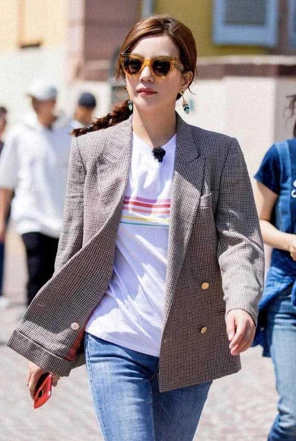 Bí quyết thời trang giúp Triệu Vy hack tuổi đẳng cấp dù với những món đồ giản dị-6