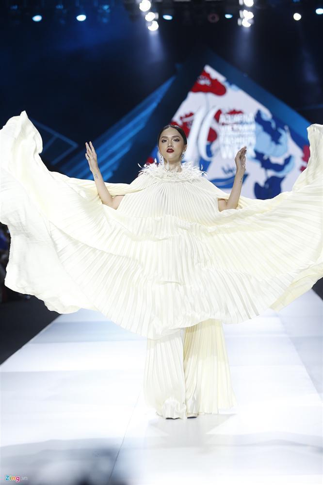 Hương Giang chắp tay bái lạy, tái hiện lại dáng pose tung cánh huyền thoại trên sàn catwalk-2