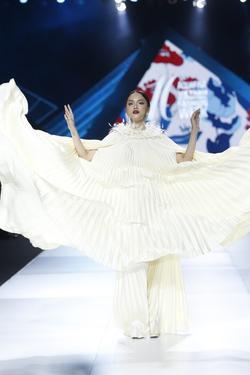 Hương Giang chắp tay bái lạy, tái hiện lại dáng pose 'tung cánh' huyền thoại trên sàn catwalk