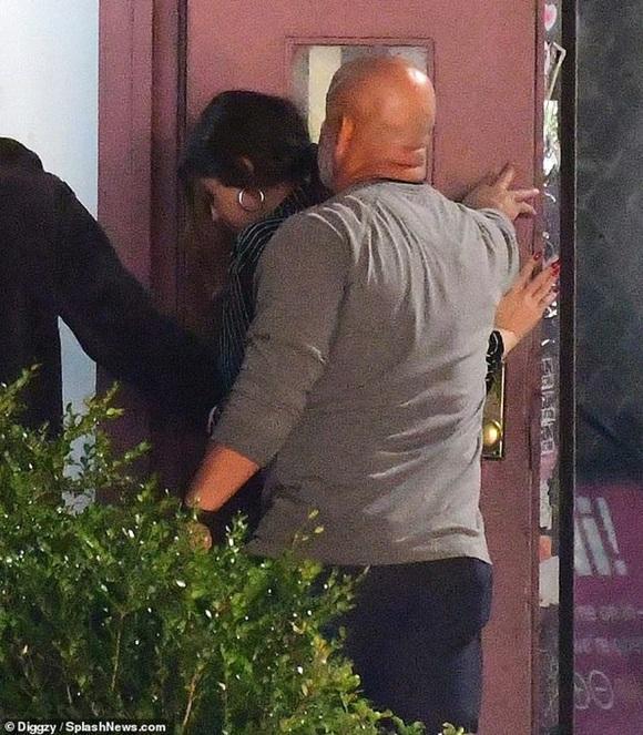 Vừa thầm trách Justin Bieber, Selena Gomez lại quay về hẹn hò giám đốc thời trang điển trai, giàu có?-4