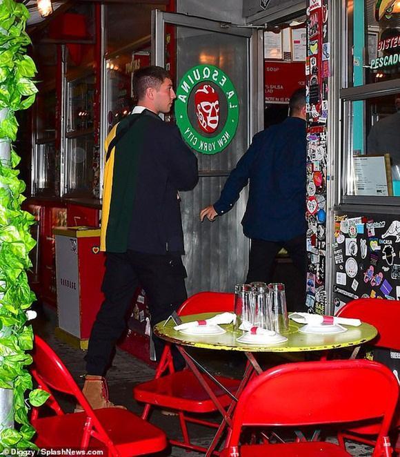 Vừa thầm trách Justin Bieber, Selena Gomez lại quay về hẹn hò giám đốc thời trang điển trai, giàu có?-6