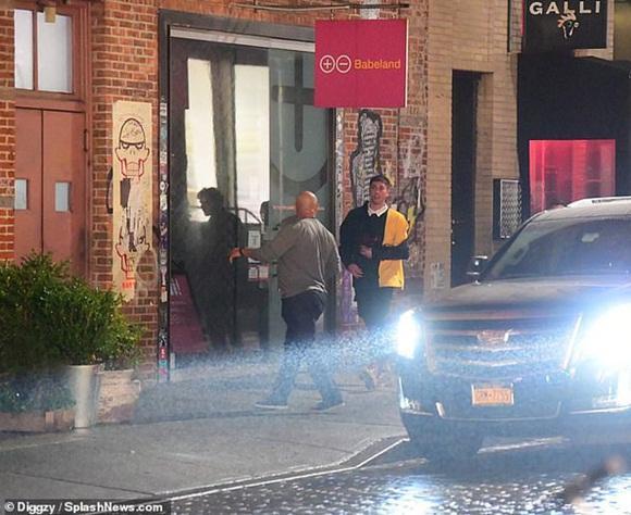 Vừa thầm trách Justin Bieber, Selena Gomez lại quay về hẹn hò giám đốc thời trang điển trai, giàu có?-7