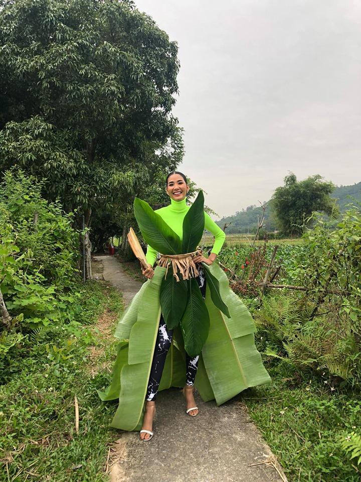 Một công đôi việc: Hoàng Thùy tự thiết kế váy lá chuối đón Halloween vừa định mang dự thi Miss Universe-1