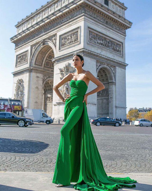 Một công đôi việc: Hoàng Thùy tự thiết kế váy lá chuối đón Halloween vừa định mang dự thi Miss Universe-7
