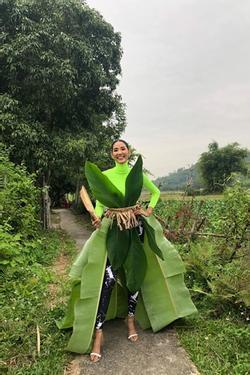 Một công đôi việc: Hoàng Thùy tự thiết kế váy lá chuối đón Halloween vừa định mang dự thi Miss Universe