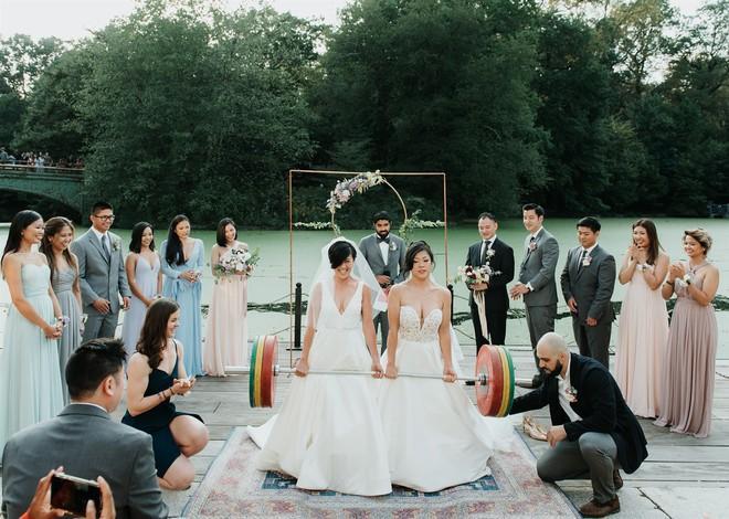 Hai cô dâu nâng tạ trong đám cưới đồng giới thay vì cắt bánh, nâng ly-1