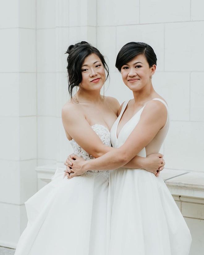 Hai cô dâu nâng tạ trong đám cưới đồng giới thay vì cắt bánh, nâng ly-2