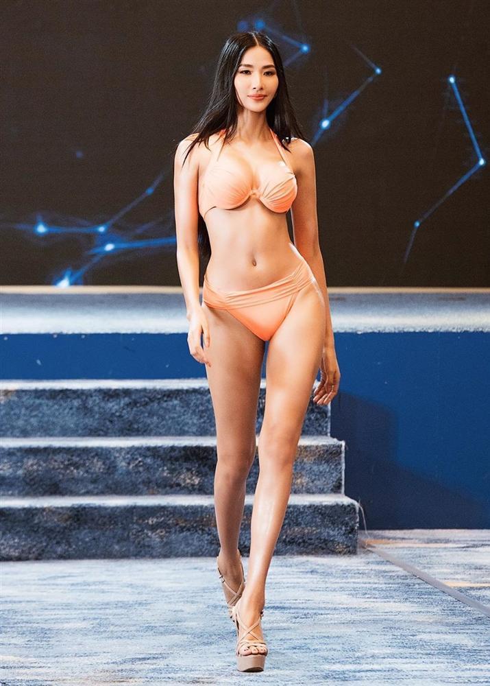Bản tin Hoa hậu Hoàn vũ 2/11: Tưởng ba vòng của Hoàng Thùy siêu chuẩn, nào ngờ vẫn bị chặt đẹp bởi đối thủ Argentina-2