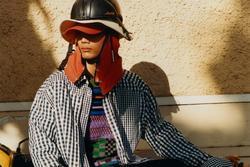 Xe ôm Việt Nam diện quần áo hàng hiệu giá nghìn đô ra phố