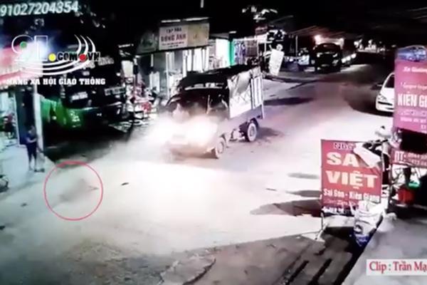 Clip: Sang đường đột ngột, bé gái bị xe tải tông trực diện, văng xa chục mét-1
