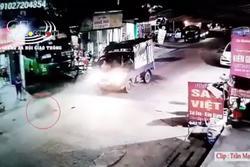 Clip: Sang đường đột ngột, bé gái bị xe tải tông trực diện, văng xa chục mét