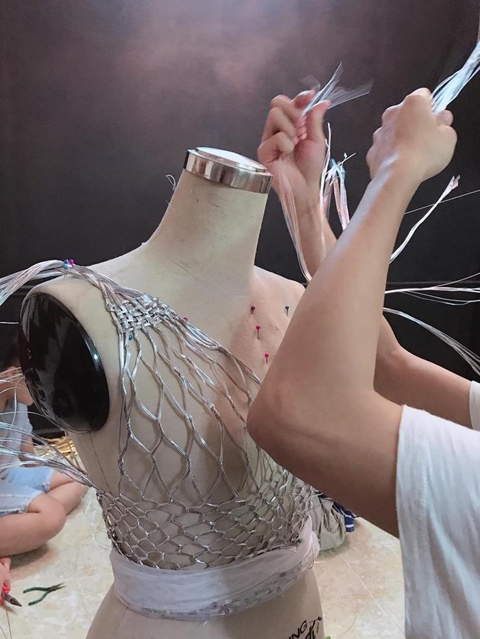 Hoàng Thùy sẽ trình diễn trang phục dân tộc tại Miss Universe 2019 với một chiếc thìa siêu to khổng lồ?-3