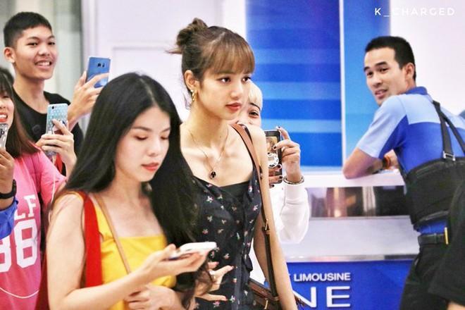 Lisa diện váy hoa khoe vai thon, đeo túi hàng hiệu ra sân bay-1